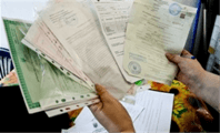 Держит документы