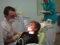 Лечит зубы
