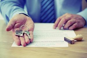 Ключи от квартиры и документ о прописке